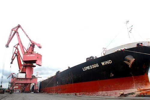 """同发集团首船进口原糖""""狂风""""轮靠泊现代码头"""