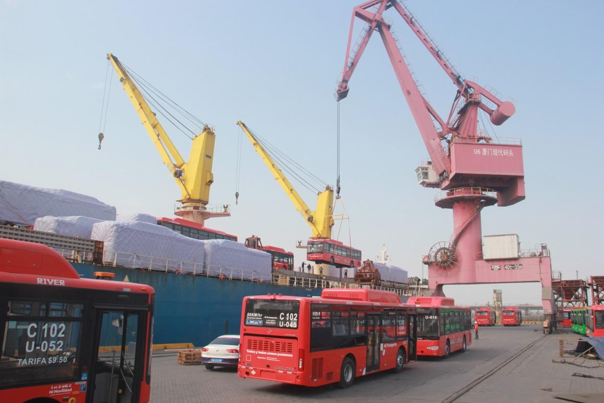 吊装166辆新能源客车创下厦门港之最